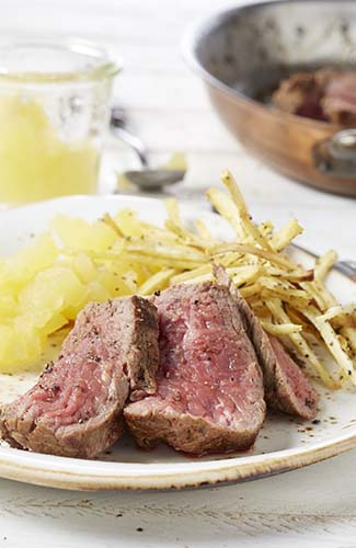 Restaurantsteak met pastinaakfrietjes en appelmoes