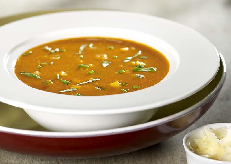 Ansjovis-tomatensoep met verse kruiden