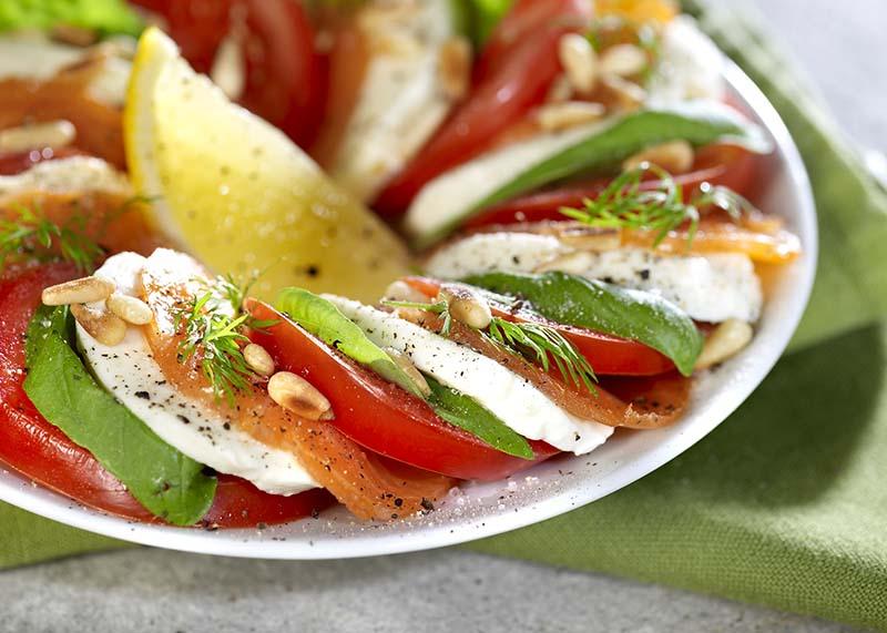 Tomate mozzarella, saumon et pignons de pin