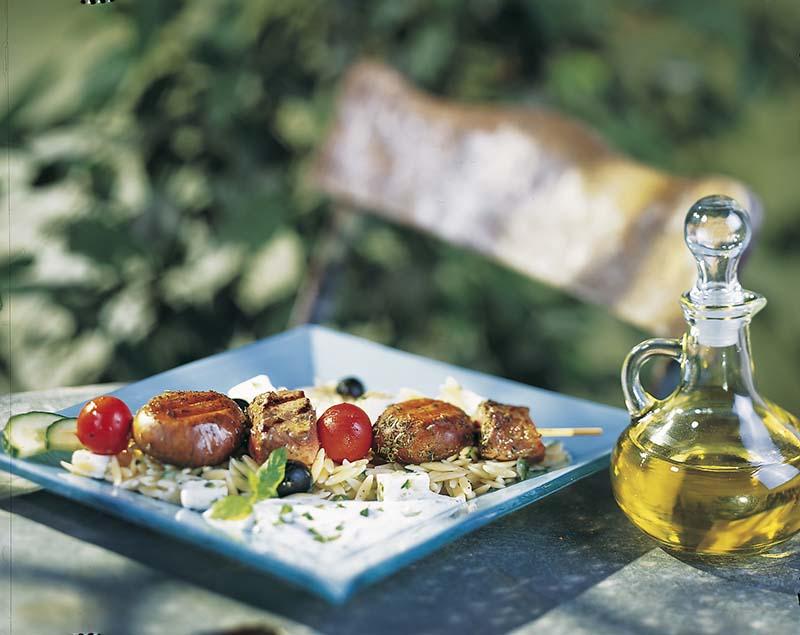 Lamsbrochettes met champignons en Griekse salade