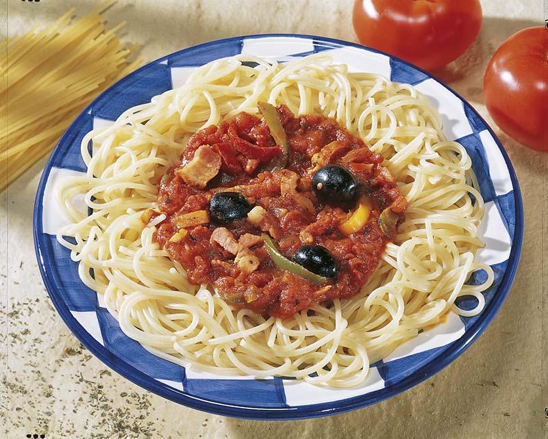 Capellini met spekjes, paprika's en zwarte olijven