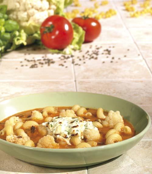 Cavatappi in tomatensoep met kruidengeitenkaas