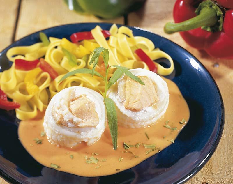 Tong-zalmrolletjes op bed van tagliatelle en paprika