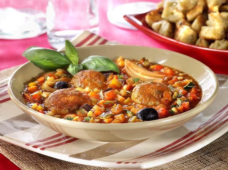 Boulettes de poulet, ratatouille et croûtons à l'ail