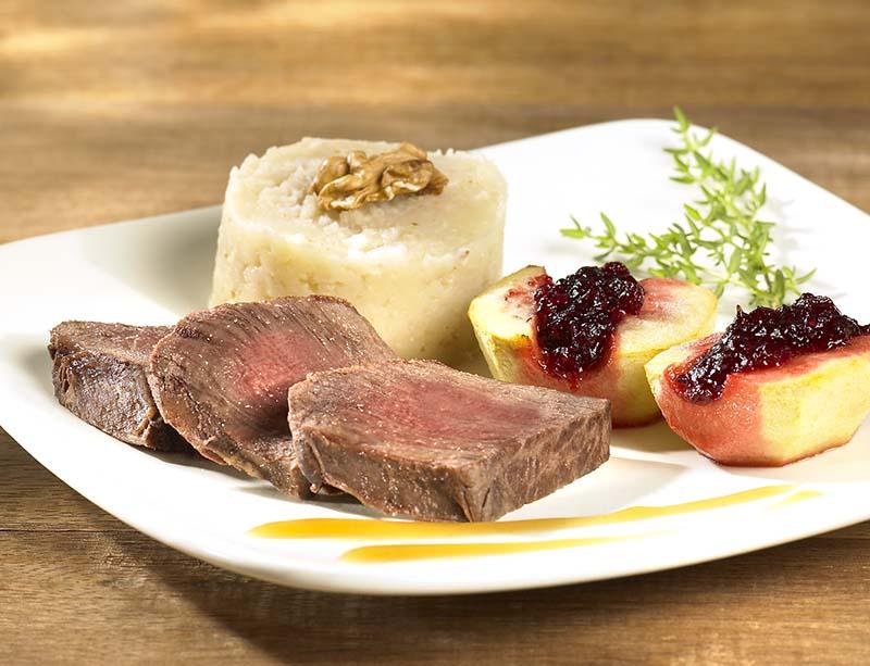 Filets de biche, sauce Grand Veneur et purée au céleri-rave