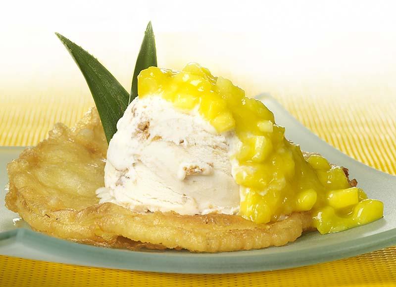 Ananasbeignet met mangocoulis