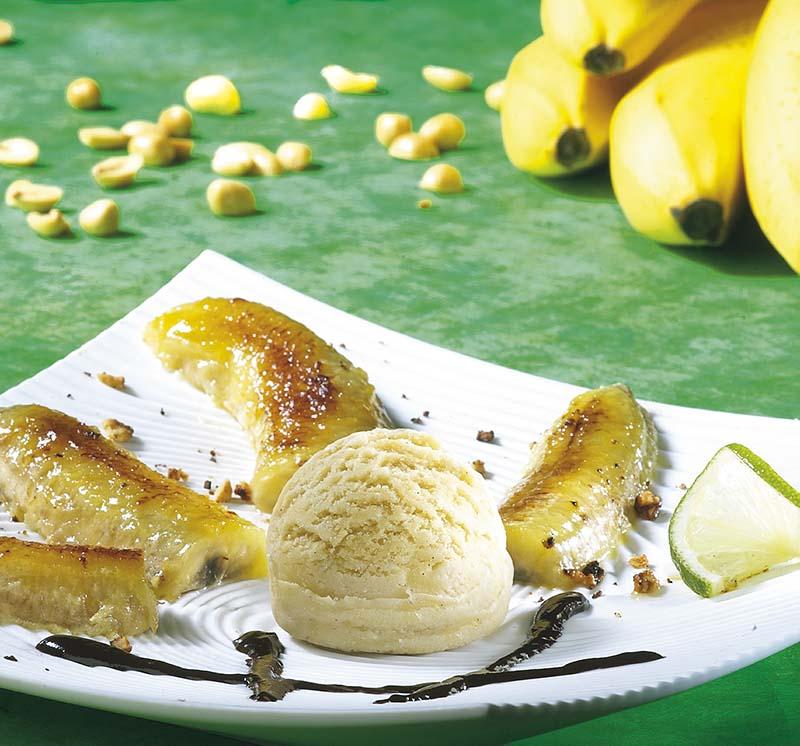 Geflambeerde gebakken banaan met pinda's