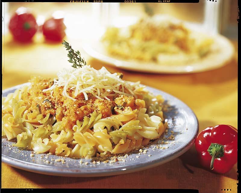 Pasta met groenten-tomatensaus en notengarnituur