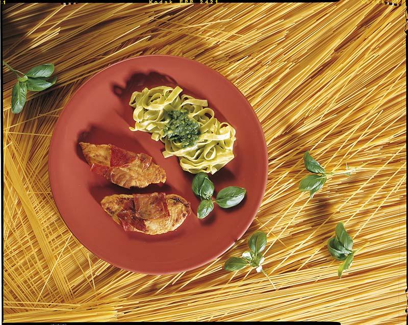 Verborgen kalkoensnede met pasta en pesto