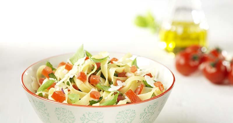 Tagliatelle met verse tomaten, spinazie en basilicum