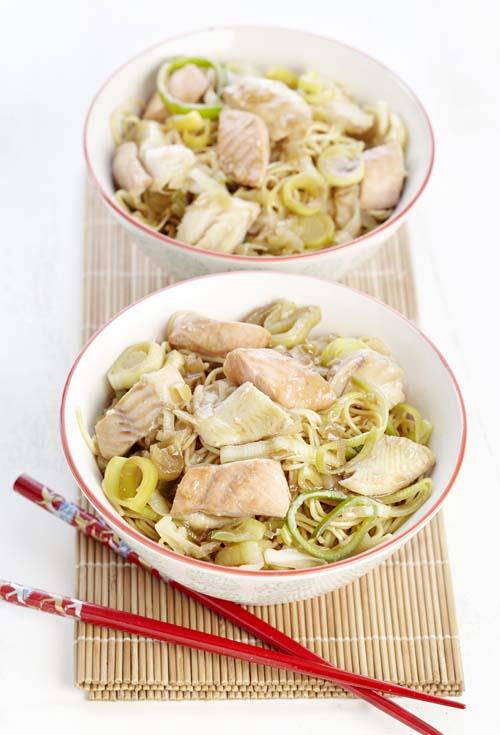 Nouilles sautées et wok de poisson à l'orientale