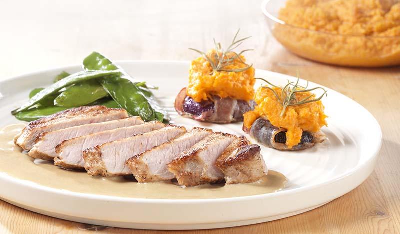 Lomo met ui in spekjasje en puree van zoete aardappel