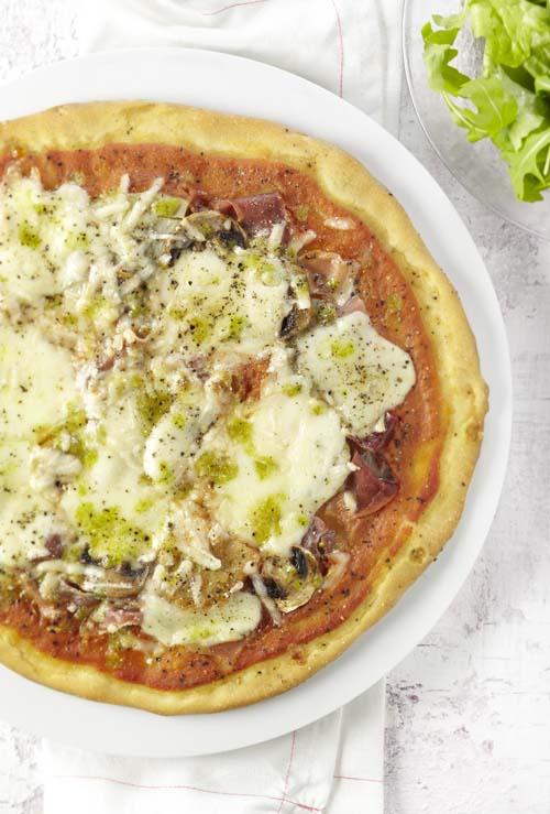 Pizza met artisjok en parmaham