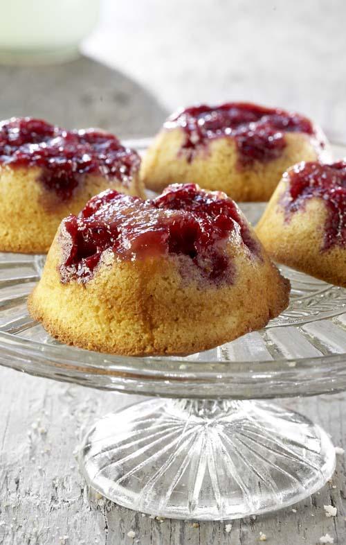 Muffins op hun kop met frambozen