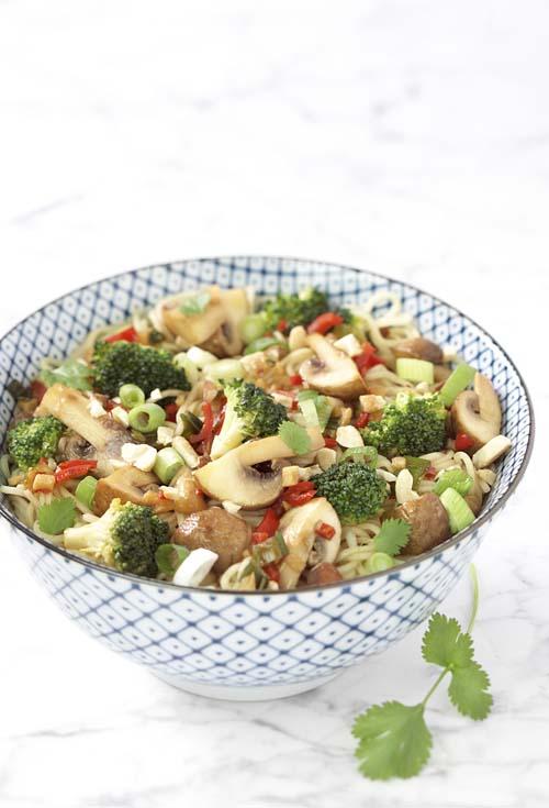 Wok de légumes croquants au brocoli et aux champignons des grottes