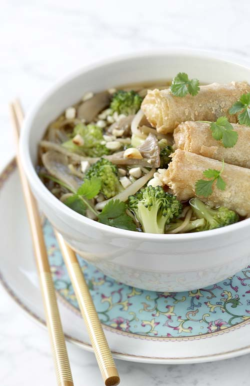Loempias aux légumes et soupe de nouilles aux pleurotes