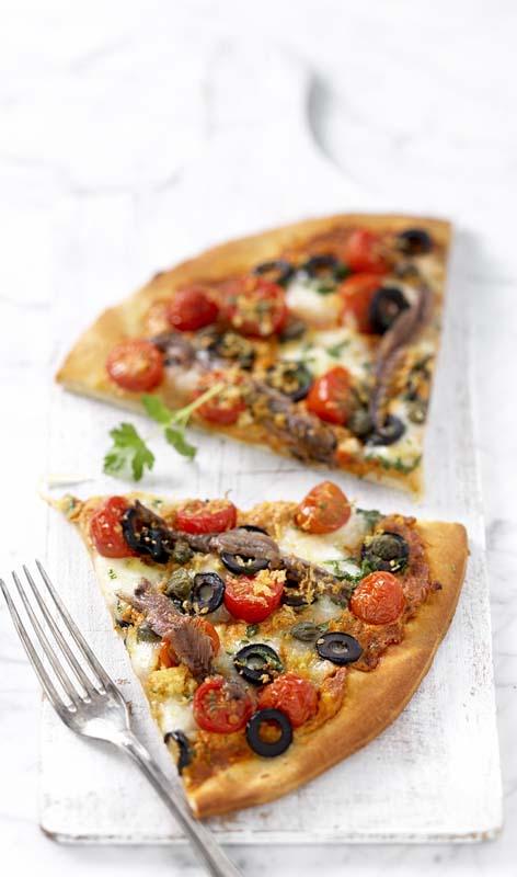 Pizza Romana met ansjovis, kappertjes en zwarte olijven