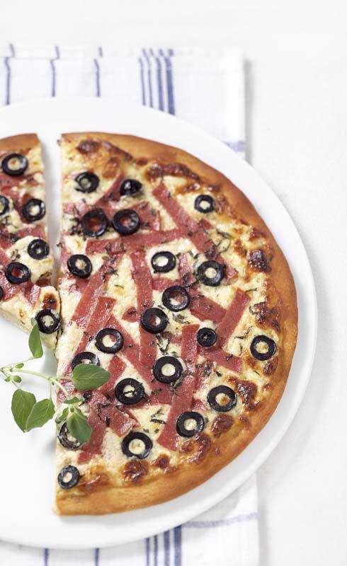 Pizza au salami, à la crème épaisse et aux olives