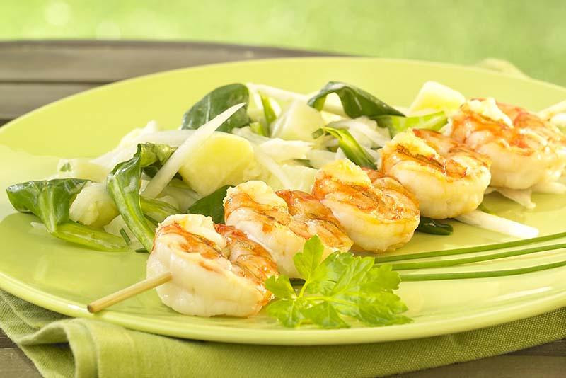 Brochette de scampis et salade fraîche