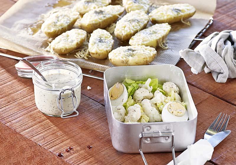 Salade froide et patates chaudes