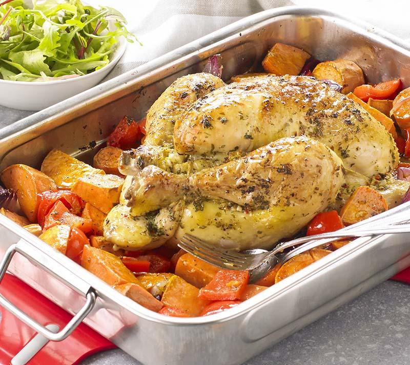 Poulet rôti aux patates douces et oignons rouges