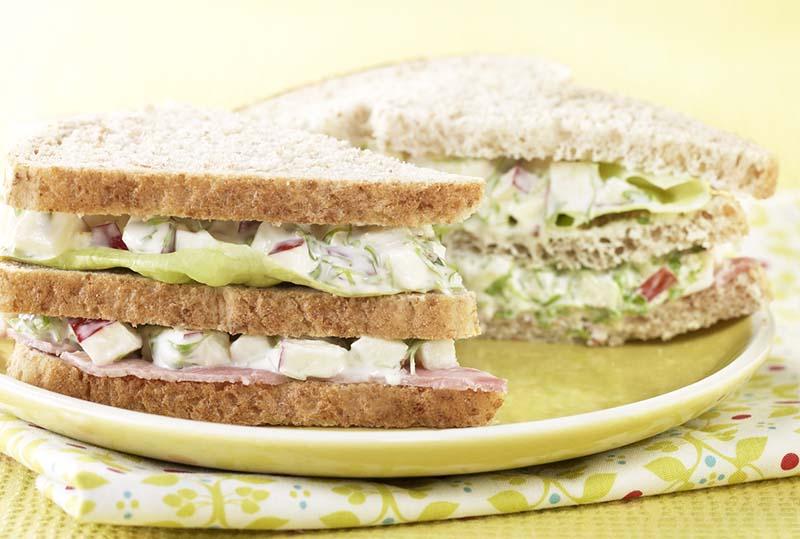 Sandwich au jambon et salade à la pomme