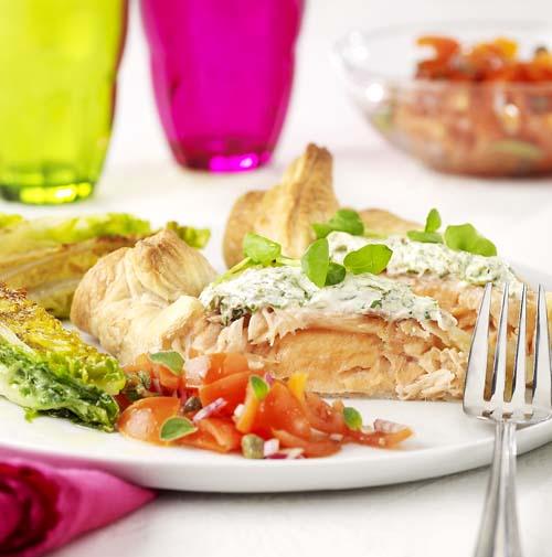 Zalmpakketje met geroosterde Romeinse sla en salsa rossa