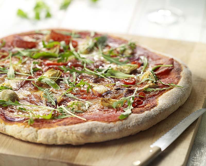 Pizza salami met artisjok