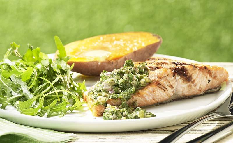 Zalmforel met salsa verde en zoete aardappel in de schil