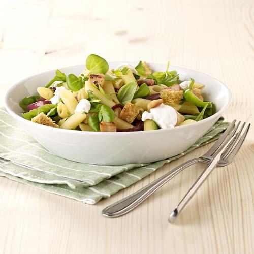 Salade de pennes au chèvre, poulet et croûtons