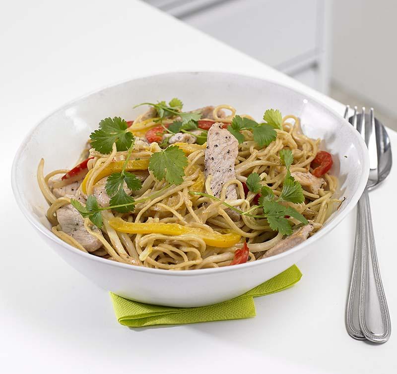 Thaise curry met varkensreepjes en sojascheuten