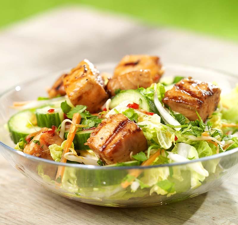 Aziatische salade met gemarineerde zalmblokjes