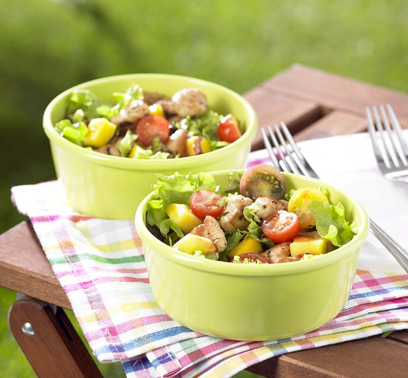 Salade de dés de poulet marinés, à la vinaigrette à la fraise