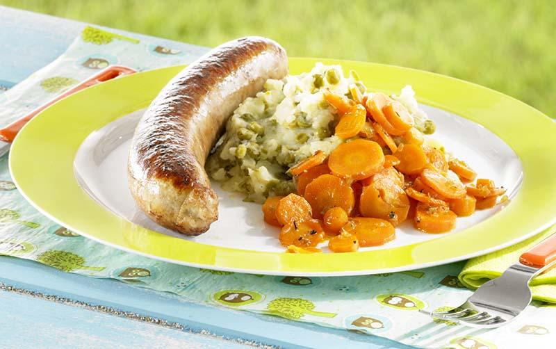Saucisse de poulet, purée de petits pois et carottes confites