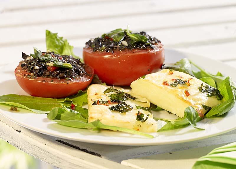 Slaatje van gemarineerde halloumi en geroosterde tomaten