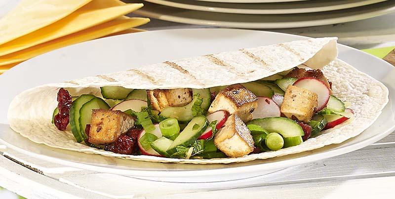 Wrap met gegrilde tofoeblokjes en fris komkommerslaatje