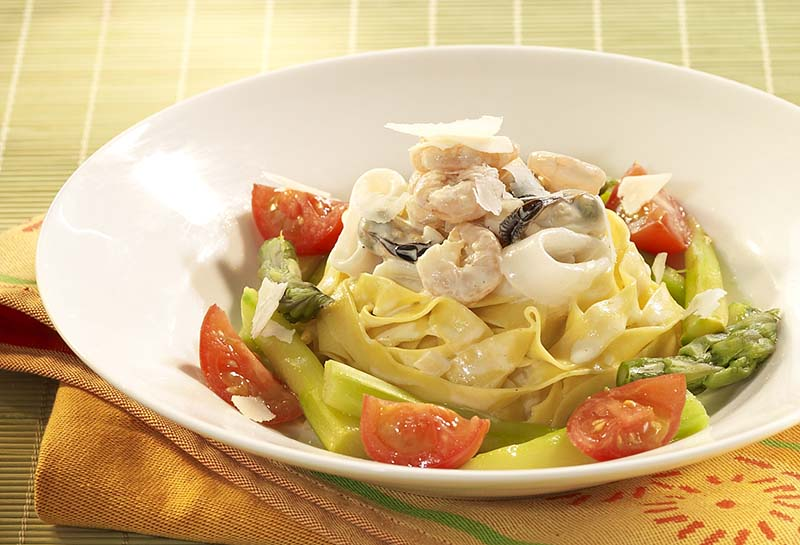 Tagliatelles aux asperges vertes et aux fruits de mer colruyt - Tagliatelles aux fruits de mer recette italienne ...