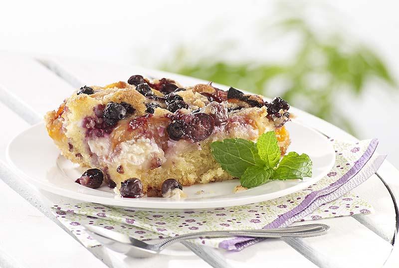 Crumblecake met abrikozen en blauwe bessen