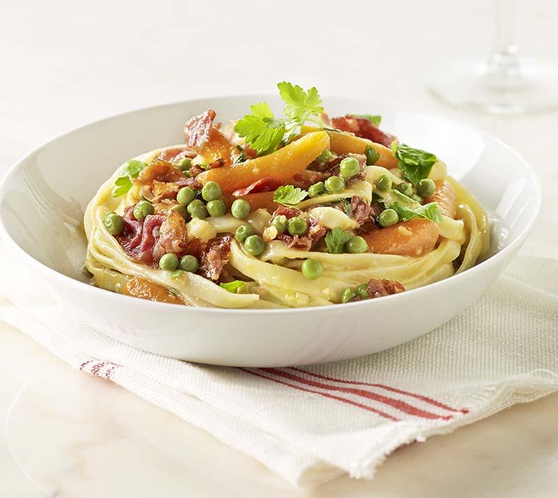 Pasta carbonara met erwtjes en worteltjes