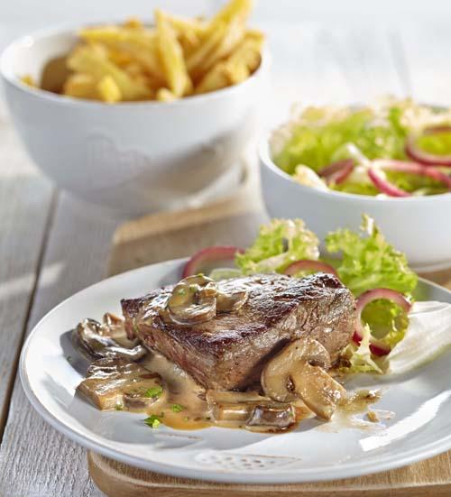 Steak sauce champignons, coeur de frisée et frites fraîches